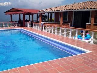 Una piscina con una piscina en frente de ella en Finca venta Girardota