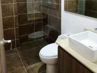 Un cuarto de baño con ducha y un aseo en , Apartamento en venta en Calle Del Banco de 3 alcoba