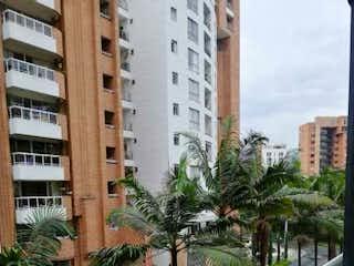 Una calle de la ciudad con edificios altos y palmeras en , Apartamento en venta en Calle Del Banco 116m²