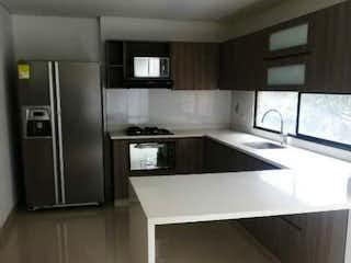 Una cocina con nevera y fregadero en , Apartamento en venta en Belén Centro, 116m² con Balcón...