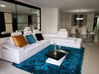 Una sala de estar llena de muebles y una alfombra azul en Se Vende Apartamento en el Dorado, Envigado