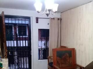 Una sala de estar llena de muebles y un estante de libros en Venta casa castilla P1 C1086071