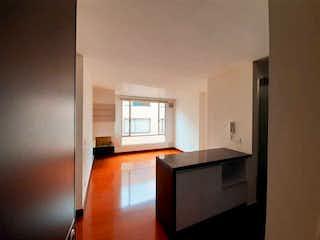 Una cocina con lavabo y microondas en Apartamento Chicó Navarra MG