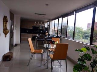 Una sala de estar llena de muebles y una gran ventana en Apartamento en venta en Manila de 3 habitaciones