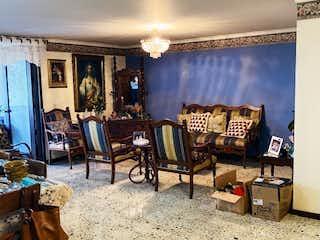 Una sala de estar llena de muebles y una ventana en Apartamento en venta en La Candelaria de cuatro habitaciones