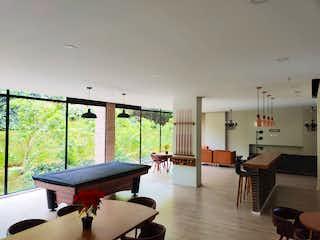 Una sala de estar llena de muebles y una ventana en Apartamento en venta en Loma del Indio de una habitacion