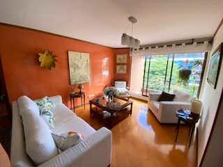 Una sala de estar llena de muebles y una televisión de pantalla plana en Apartamento en venta en Bella Suiza de 2 alcobas