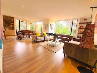 Una sala de estar llena de muebles y una televisión de pantalla plana en Apartamento en Venta La Carolina