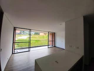 Un cuarto de baño con bañera y una ventana en Apartamento en venta en Casco Urbano El Retiro de 2 habitaciones
