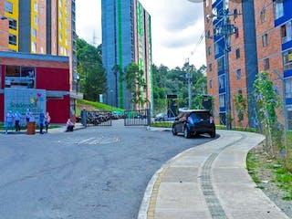 Un coche conduciendo por una calle al lado de un edificio en Apartamento en Venta BUENOS AIRES
