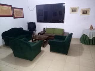 Una sala de estar llena de muebles y una ventana en Casa en venta en El Chagualo de 210mts