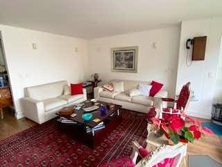 Una sala de estar llena de muebles y una chimenea en Torres  del castillo