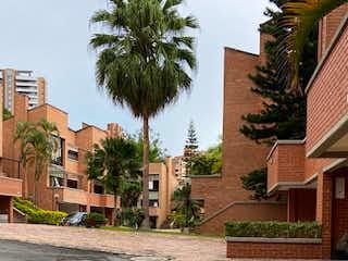 Un edificio de ladrillo con un árbol en el medio en Casa en Venta POBLADO
