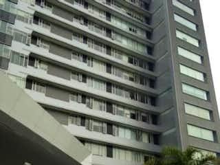 Un edificio alto sentado al lado de un edificio alto en DEPARTAMENTO EN SANTA FE CONJUNTO SOLEI