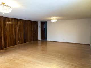 Una cocina con suelo de madera y paredes blancas en Departamento en Venta Colonia del Valle CDMX