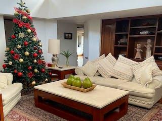 Una sala de estar con un árbol de navidad en ella en Excelente Casa en Venta, Cerro 2 Conejos / Romero de Terreros