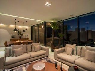 Una sala de estar llena de muebles y una lámpara de araña en Departamento en venta en Lomas De Vista Hermosa de 3 recámaras
