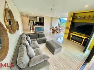 Una sala de estar llena de muebles y una chimenea en Swiss