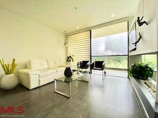 Una sala de estar llena de muebles y una gran ventana en Swiss