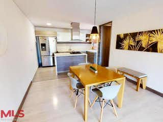 Una sala de estar llena de muebles y una mesa en Felisa Condominuim