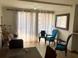 Una sala de estar llena de muebles y una ventana en Apartamento en venta en Florida Nueva de dos alcobas