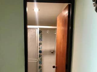 Un cuarto de baño que tiene un inodoro en él en Venta de Apartamento en el Centro de Rionegro