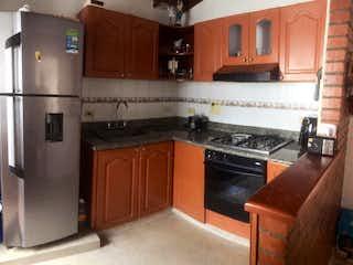 Una cocina con nevera y una estufa en Apartamento en Venta en La America