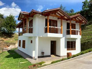 Una casa que tiene una casa a un lado en Finca en Venta Vereda la Esperanza, Marinilla