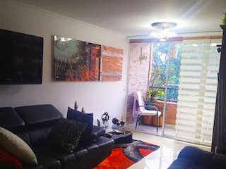Una sala de estar llena de muebles y una ventana en Apartamento en venta en El Trianón de tres habitaciones