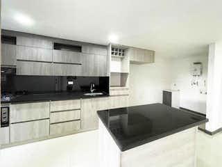 Una cocina con un fregadero y un horno de cocina en Vendo apartamento en Laureles