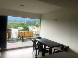 Una sala de estar llena de muebles y una ventana en Apartamento en venta en Casco Urbano Santa Fé De Antioquia de 1 alcoba
