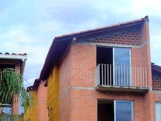 Una casa que tiene una ventana en ella en Casa en venta en Casco Urbano Santa Fé De Antioquia de 4 alcoba