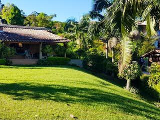Una vista de un jardín con un edificio en el fondo en Casa en venta en Calle Larga 2300m² con Bbq...