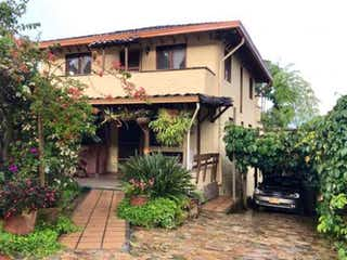 Un pequeño edificio con un reloj en él en Casa en venta en La Aldea 600m² con Bbq...