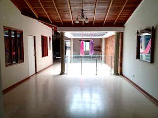 Una habitación con un ventilador de techo y un ventilador de techo en Vendo Casa Lote en Niquia