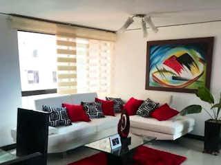 Una imagen de una sala de estar con un sofá rojo en Apartamento en venta en Manila 120m² con Jardín...