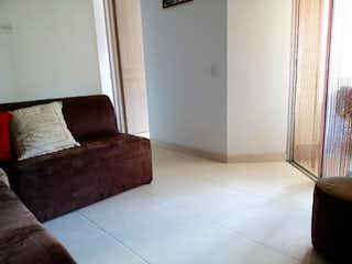 Una sala de estar con un sofá y una mesa de café en Vendo apartamento cerca al Mall Tranvía Plaza