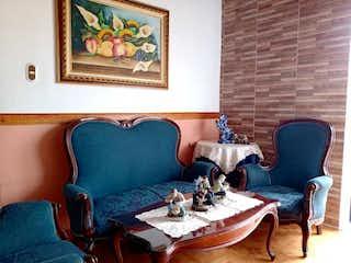 Una sala de estar llena de muebles y una pintura en Vendo casa en Buenos Aires