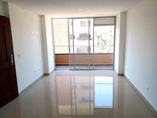 Un baño con una ventana y una puerta de cristal en Apartamento en venta en Rosales de dos habitaciones