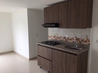 Una cocina con una estufa y un fregadero en Apartamento en Venta SABANETA