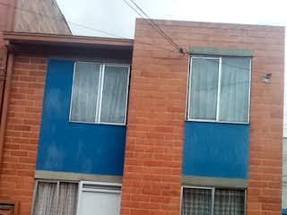 Un edificio de ladrillo con una ventana y una puerta en Casa en venta en Bosa Santafé de 42mts