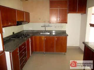 Una cocina con armarios de madera y un horno de cocina en