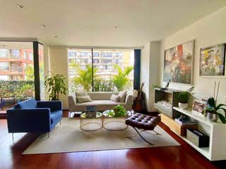 Una sala de estar llena de muebles y una gran ventana en APTO EN VENTA CHICO NAVARRA 148M 3HAB 2PISO EXT BALCON CBS