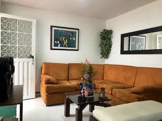 Una sala de estar llena de muebles y una planta en maceta en Casa en Venta NORMANDIA