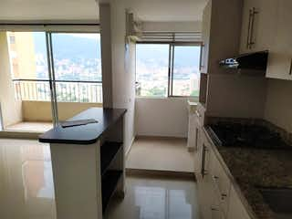 Una gran cocina blanca con un gran ventanal en Apartamento en venta en Rodeo Alto de tres habitaciones