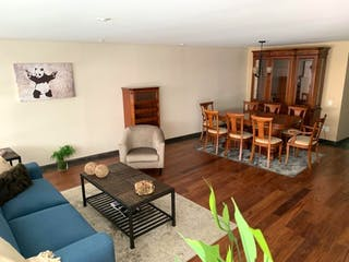 Una sala de estar llena de muebles y un suelo de madera en Departamento en venta en Lomas De Chapultepec con Jardín...