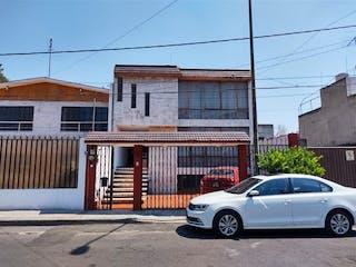 Un coche estacionado delante de un edificio en CASA EN VENTA EN AZCAPOTZALCO