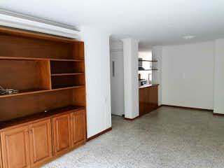 Una cocina con nevera y fregadero en 104581 - Se Vende Apartamento En Poblado Sector La Frontera