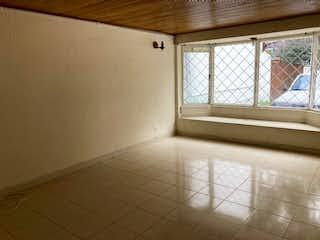 Un cuarto de baño con un inodoro y una ventana en 104632 - SE VENDE APARTAMENTO ZONA NORTE