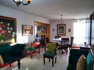 Una sala de estar llena de muebles y una chimenea en Los Alamos
